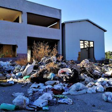 La responsabilità dell'ente pubblico proprietario di un'area per la rimozione dei rifiuti abbandonati da terzi